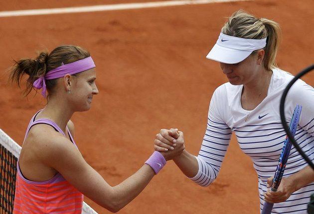 Lucie Šafářová (vlevo) si podává ruku s Ruskou Marií Šarapovovou.
