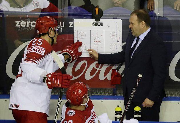 Kouč dánské hokejové reprezentace Heinz Ehlers vysvětluje během utkání mistrovství světa taktické pokyny svému svěřenci Oliveru Lauridsenovi.