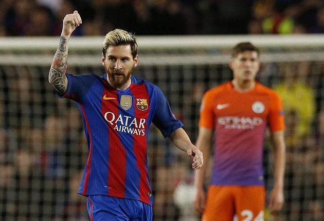 Barcelonský Lionel Messi slaví gól proti Manchesteru City v zápase Ligy mistrů. Vzadu je zklamaný stoper John Stones.