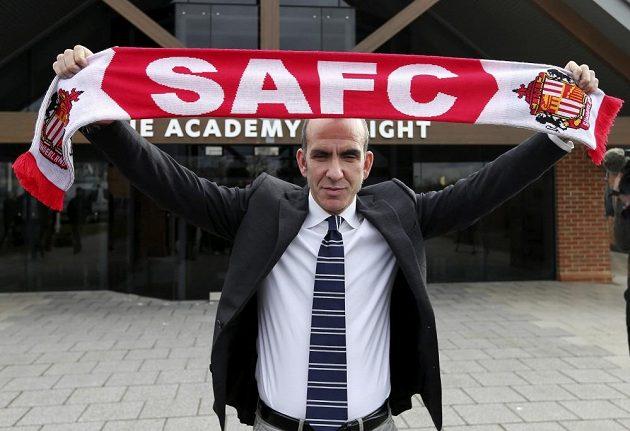 Paolo Di Canio pózuje po svém jmenování koučem Sunderlandu s klubovou šálou.
