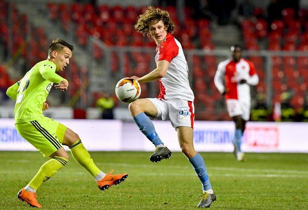Jan Suchan z Karviné a Alex Král ze Slavie během čtvrtfinále fotbalového poháru.