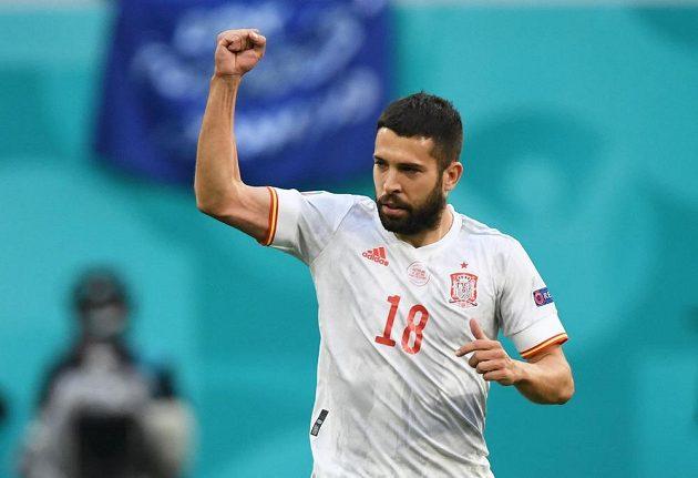 Bojovné gesto španělského fotbalisty Jordiho Alby ve čtvrtfinále EURO.