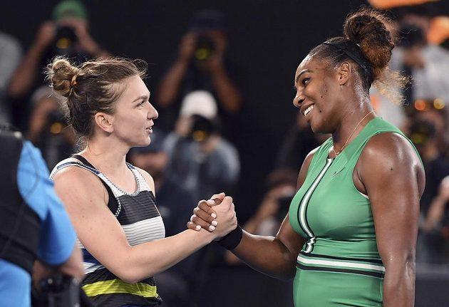 Rumunka Simona Halepová (vlevo) blahopřeje své přemožitelce Sereně Williamsové k postupu do čtvrtfinále Australian Open.