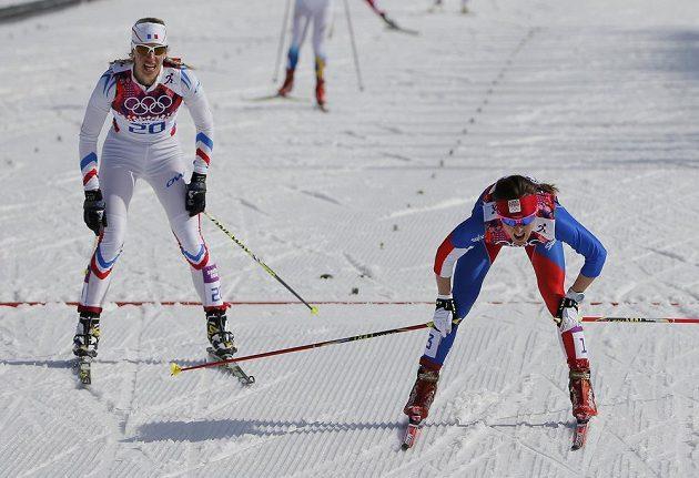 Česká běžkyně na lyžích Eva Vrabcová-Nývltová (vpravo) právě projela jako pátá cílem závěrečné ženské třicítky.