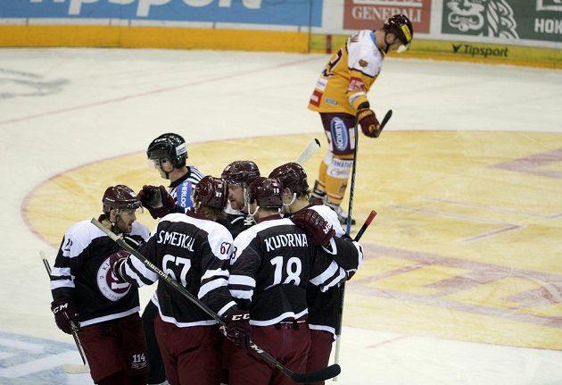 Hráči Sparty se radují z gólu v duelu s Jihlavou.