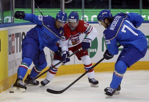 Jakub Petružálek (uprostřed) bojuje s Italy Markem Insamem (vlevo) a Davidem Nicolettim.