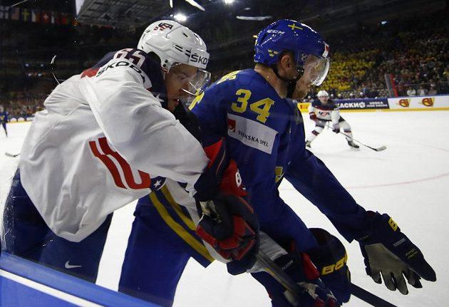 Danny Dekeyser (vlevo) z USA bojuje se Švédem Carlem Söderbergem.