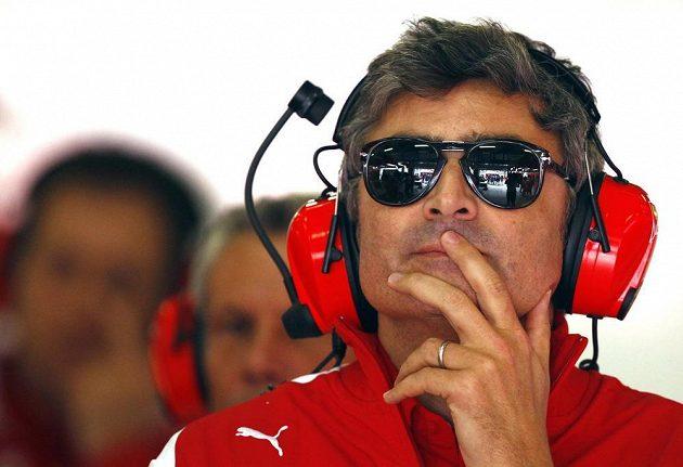 Nový šéf stáje Ferrari Marco Mattiacci sleduje dění na trati při měřeném tréninku na Velkou cenu Číny.