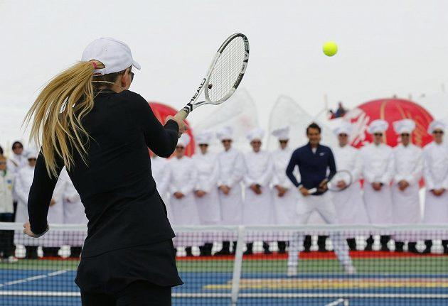 Americká lyžařka Lindsey Vonnová během exhibičního duelu s Rogerem Federerem.