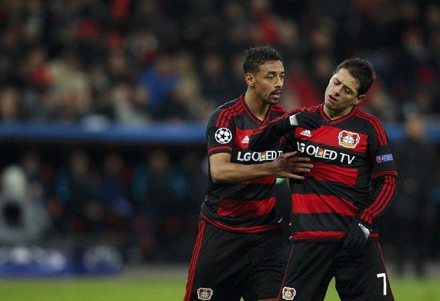 Otrávený Javier Hernández Chicharito (vpravo) a Karim Bellarabi z Leverkusenu při utkání s Barcelonou.