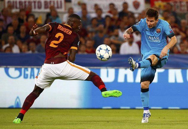 Antonio Rudiger (vlevo) z AS Řím se snaží zabránit ve střele Lionelu Messimu.