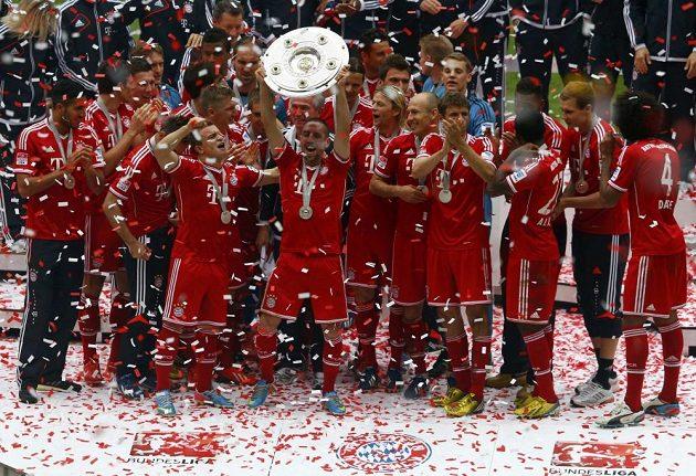 Fotbalisté Bayernu Mnichov se radují společně s Franckem Ribérym (uprostřed) z vítězství v bundeslize