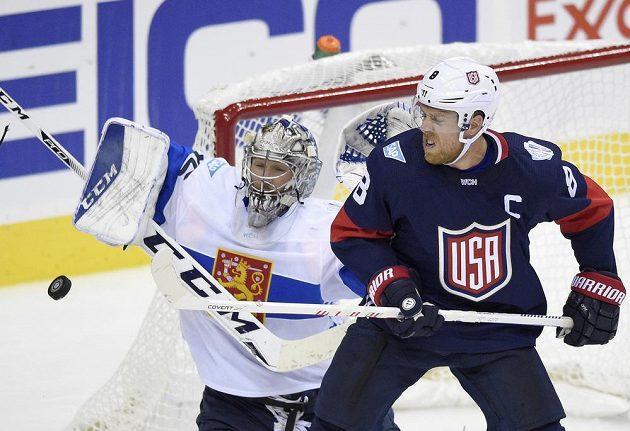 Americký útočník Joe Pavelski (vpravo) cloní před finským brankářem Pekkou Rinnem.