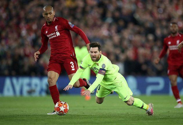 Liverpoolský Fabinho a Lionel Messi z Barcelony.