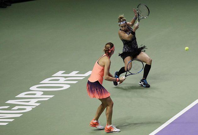 Američanka Bethanie Matteková-Sandsová odehrává forehandem jeden míček, Lucie Šafářová přihlíží.