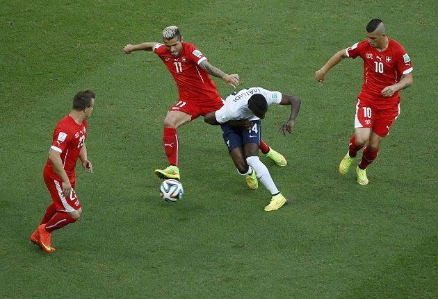 Švýcarský záložník Valon Behrami (druhý zleva) bojuje o míč s Blaisem Matuidim z Francie.