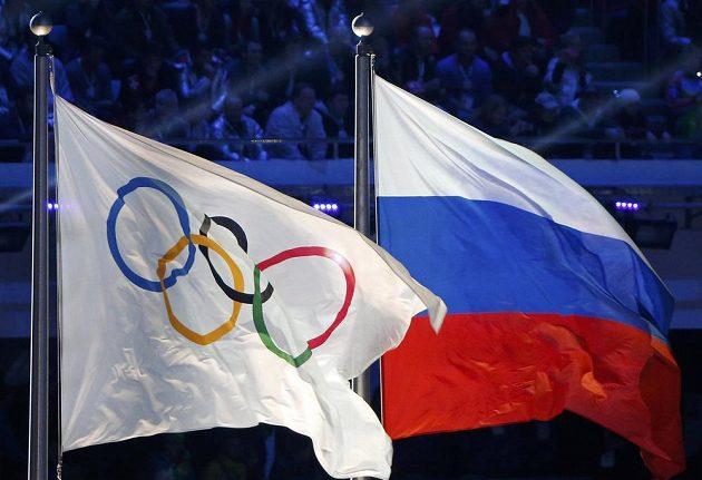 Ruská národní vlajka (vpravo) a vlajka olympijská vlály při slavnostním ceremoniálu zakončení her v Soči.