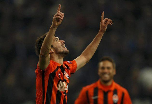 Facundo Ferreyra z Šachtaru se raduje z gólu v odvetě proti Schalke.