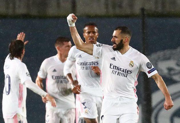 Karim Benzema slaví se spoluhráči z Realu Madrid gól proti Chelsea v semifinále Ligy mistrů.
