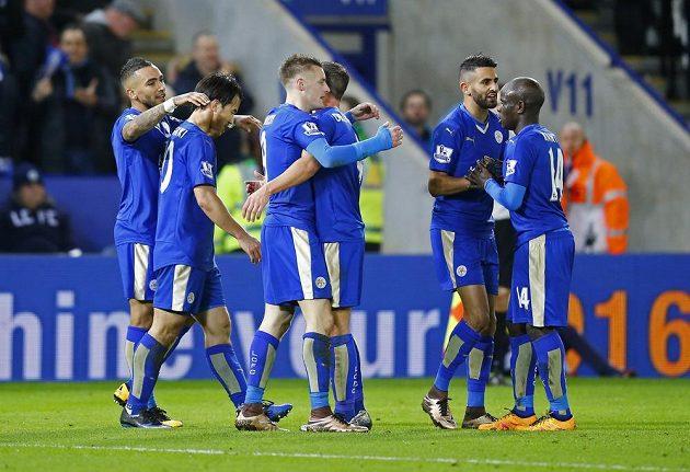 Jamie Vardy oslavuje se spoluhráči vítěznou branku proti Liverpoolu.
