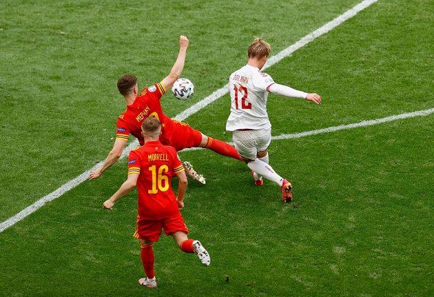 Dánský útočník Kasper Dolberg dává první gól osmifinále s Walesem