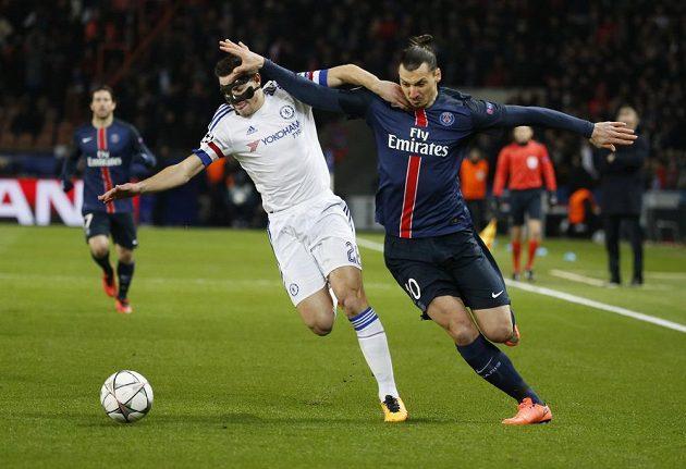 Obránce Chelsea César Azpilicueta (vlevo) v souboji s útočníkem PSG Zlatanem Ibrahimovicem v úvodním osmifinálovém duelu Ligy mistrů.