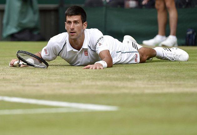 Novak Djokovič sleduje, kam zamířil jeho úder ve finále Wimbledonu.
