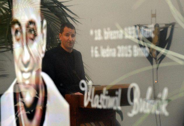 Poslední rozloučení s bývalým hokejovým a fotbalovým reprezentantem Vlastimilem Bubníkem 16. ledna v obřadní síni krematoria v Brně. Na snímku je sportovní komentátor Robert Záruba.