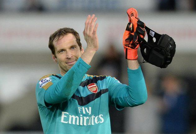Brankář Arsenalu Petr Čech tleská fanouškům za podporu v zápase se Swansea