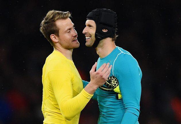 Hrdinové dohrávky 3. kola: Petr Čech z Arsenalu (vpravo) a Simon Mignolet z Liverpoolu po závěrečném hvizdu.