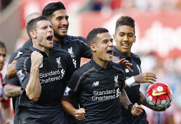 Jediný střelec utkání Philippe Coutinho (uprostřed) a jeho spoluhráči z Liverpoolu James Milner, Emre Can a Roberto Firmino se radují z výhry nad Stoke.