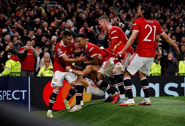 Euforie hráčů Manchesteru United poté, co Cristiano Ronaldo vystřelil v nastavení vystřelil výhru proti Villarrealu.