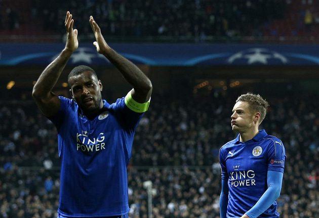 Fotbalisté Leicesteru Wes Morgan (vlevo) a Jamie Vardy po bezbrankové remíze v Kodani.