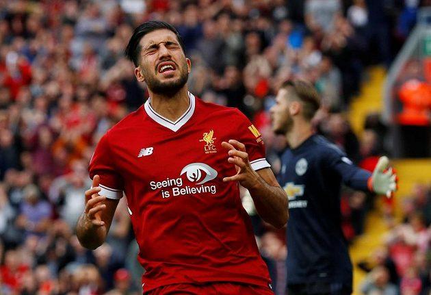 Liverpoolský Emre Can v duelu s Manchesterem United.