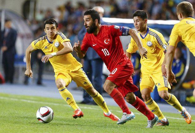 Turek Arda Turan (uprostřed) během zápasu s Kazachstánem.