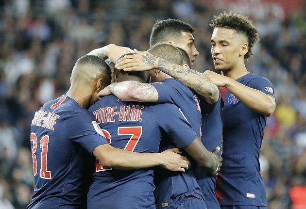 """Fotbalisté PSG nastoupili ve speciálních dresech, jimiž chtěli poděkovat hasičům za jejich zásah při pondělním požáru katedrály Notre-Dame. Její siluetu měli vyvedenou na přední straně dresu na místě sponzora a nápis """"Notre-Dame"""" měl každý hráč na zádech místo jmenovky."""