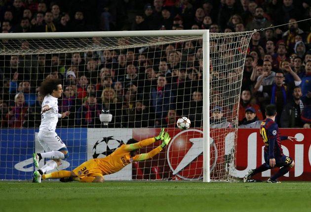Barcelonský útočník Lionel Messi (vpravo) střílí gól do sítě PSG v utkání Ligy mistrů.