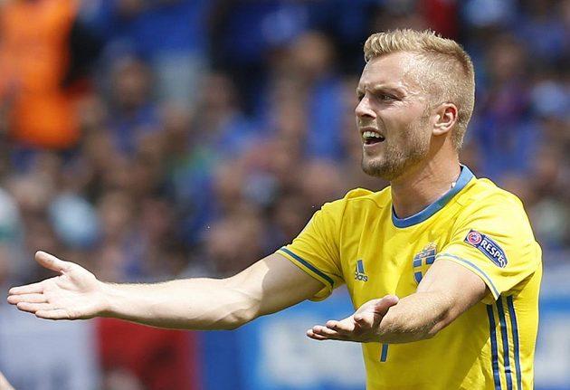Švédský fotbalista Sebastian Larsson gestikuluje během utkání s Itálií.