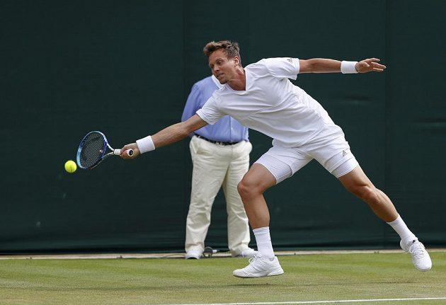 Český tenista Tomáš Berdych během utkání druhého kola Wimbledonu s Němcem Benjaminem Beckerem.