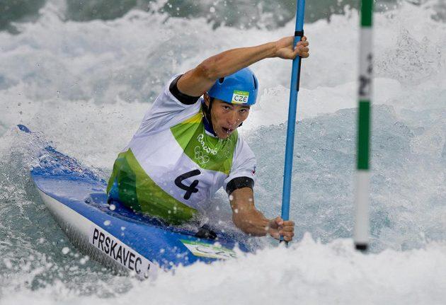 Kajakář Jiří Prskavec na trati olympijského závodu ve vodním slalomu.