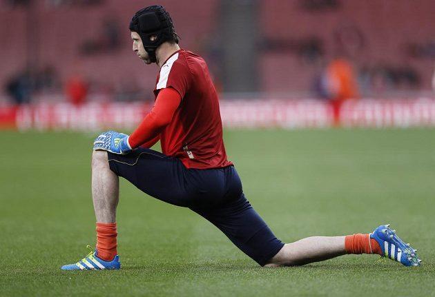 Brankář Arsenalu Petr Čech se rozcvičuje před zápasem s West Bromwichem.