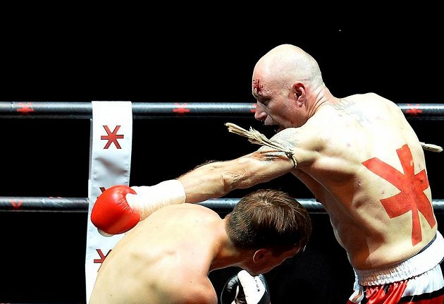Finský thajboxer Riku Immonen uhýbá úderu Daniela Landy.