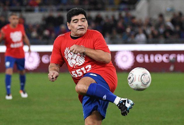 Diego Armando Maradona se rozcvičuje před charitativním zápasem v Římě.