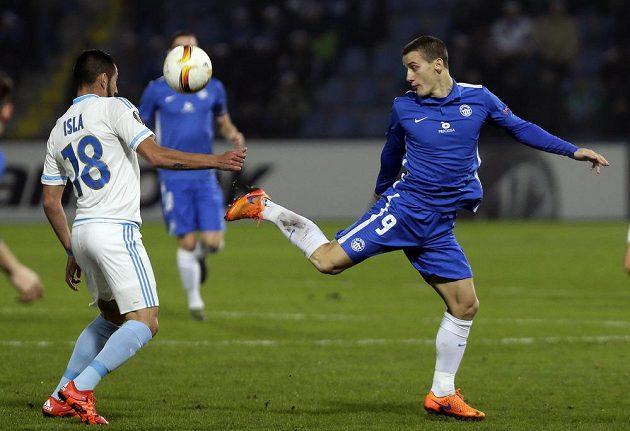 David Pavelka z Liberce (v modrém) a Mauricio Isla z Olympique Marseille v zápase Evropské ligy.