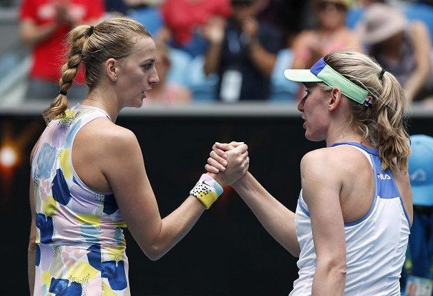 Petra Kvitová (vlevo) přijímá gratulace od Rusky Jekatěriny Alexandrovové po zápase 3. kola Australian Open.