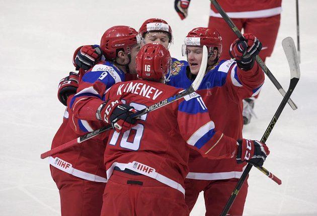 Ruský hokejista Vladislav Kameněv (uprostřed) slaví se spoluhráči gól proti Finsku ve finále MS do 20 let.