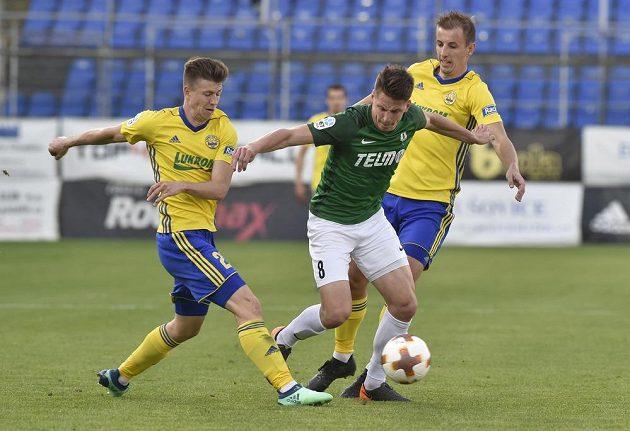 Lukáš Masopust z Jablonce se snaží prosadit v semifinále českého fotbalového poháru proti dvojici zlínských soupeřů Lukáši Bartošákovi (vlevo) a Josefu Hnaníčkovi.