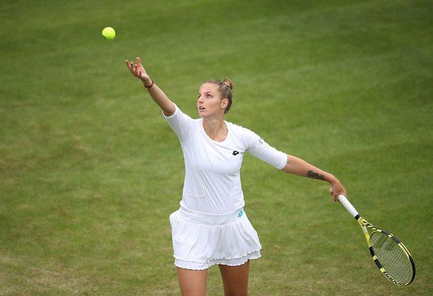 Česká tenistka Kristýna Plíšková na turnaji v Birminghamu během duelu se setrou Karolínou.