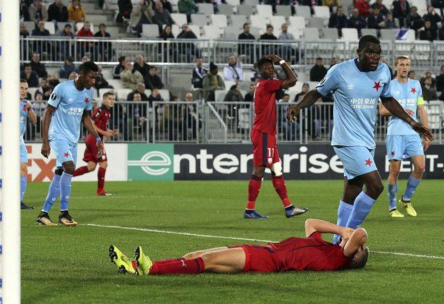 Andreas Cornelius z Bordeaux leží s hlavou v dlaních na zemi během utkání Evropské ligy se Slavií.