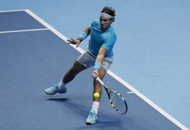 Španělský tenista Rafael Nadal během utkání s Tomášem Berdychem na Turnaji mistrů v Londýně.